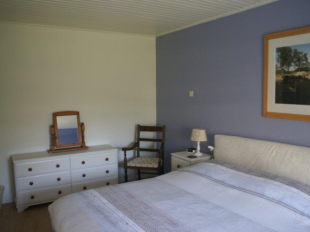 De tweepersoons slaapkamer compleet met boxspringbedden en LCD tv