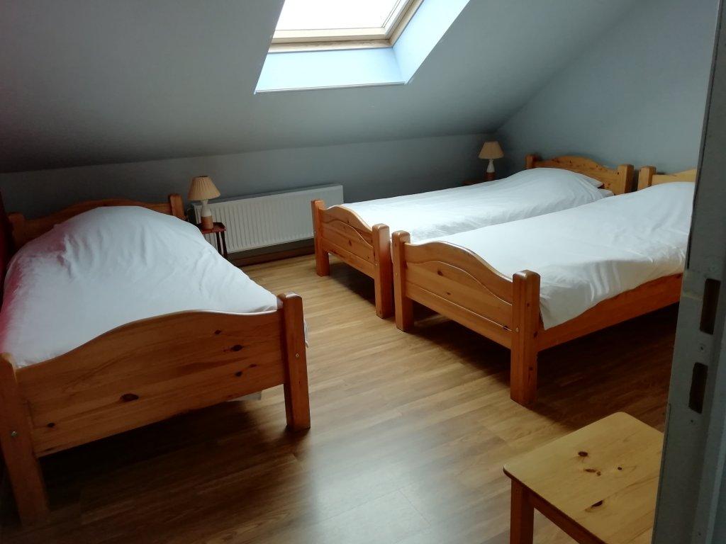 Slaapkamer met 3 eenpersoonsbedden op  tweede verdieping