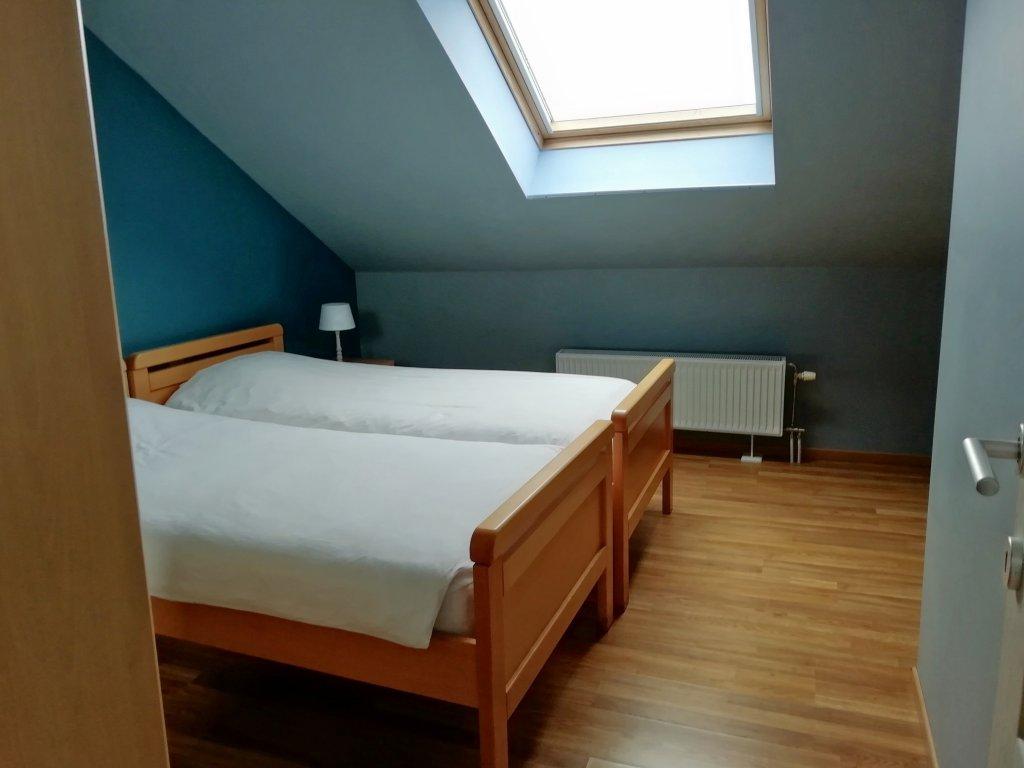 Slaapkamer met 2 eenpersoonsbedden op  tweede verdieping