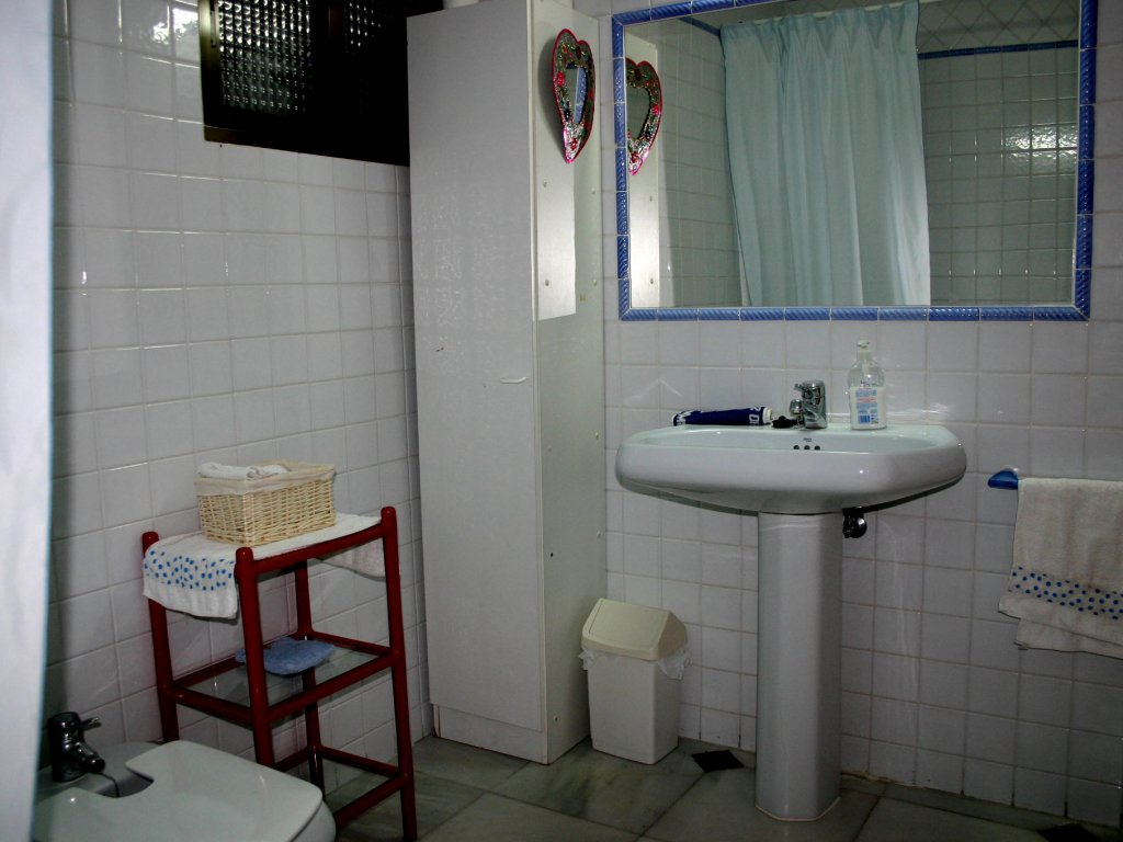 bathroom with big washingstand and mirror