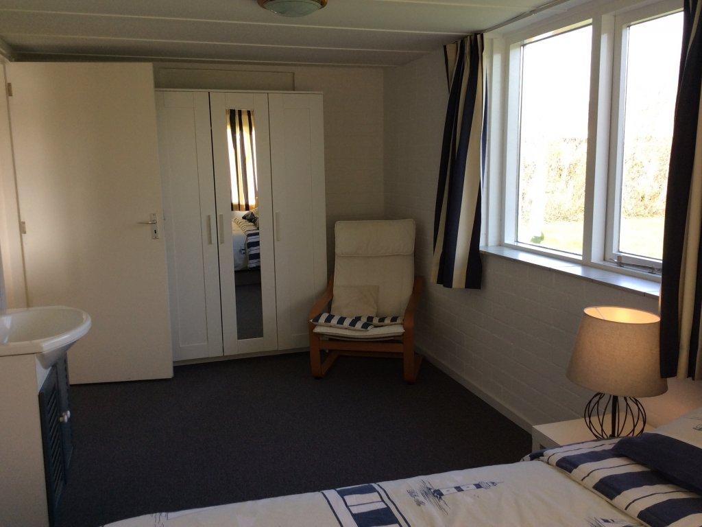 slaapkamer met ruime kast en wasbak